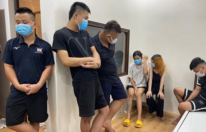 Nhóm thanh niên bị bắt trong nhà nghỉ. Ảnh: Lam Sơn.