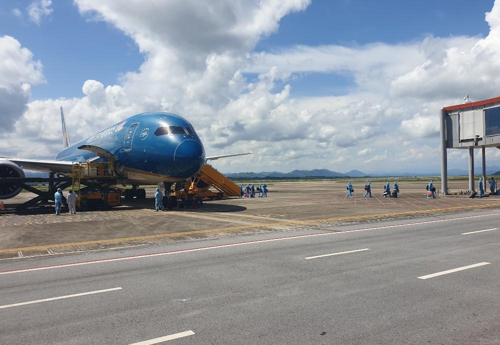 Chuyến bay chở 297 công dân Việt Nam từ Nhật Bản đã hạ cánh xuống Sân bay Vân Đồn ngày 4/9. Ảnh: Bình Minh