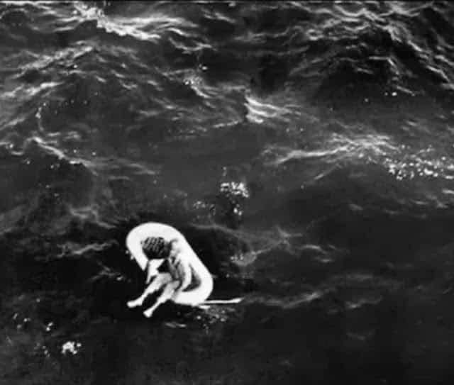 Bức ảnh chụp cô bé 11 tuổi Terry Jo được tìm thấy sau 4 ngày lênh đênh trên biển với chiếc phao gây chấn động nước mỹ thới điểm đó. Ảnh: Pinterest