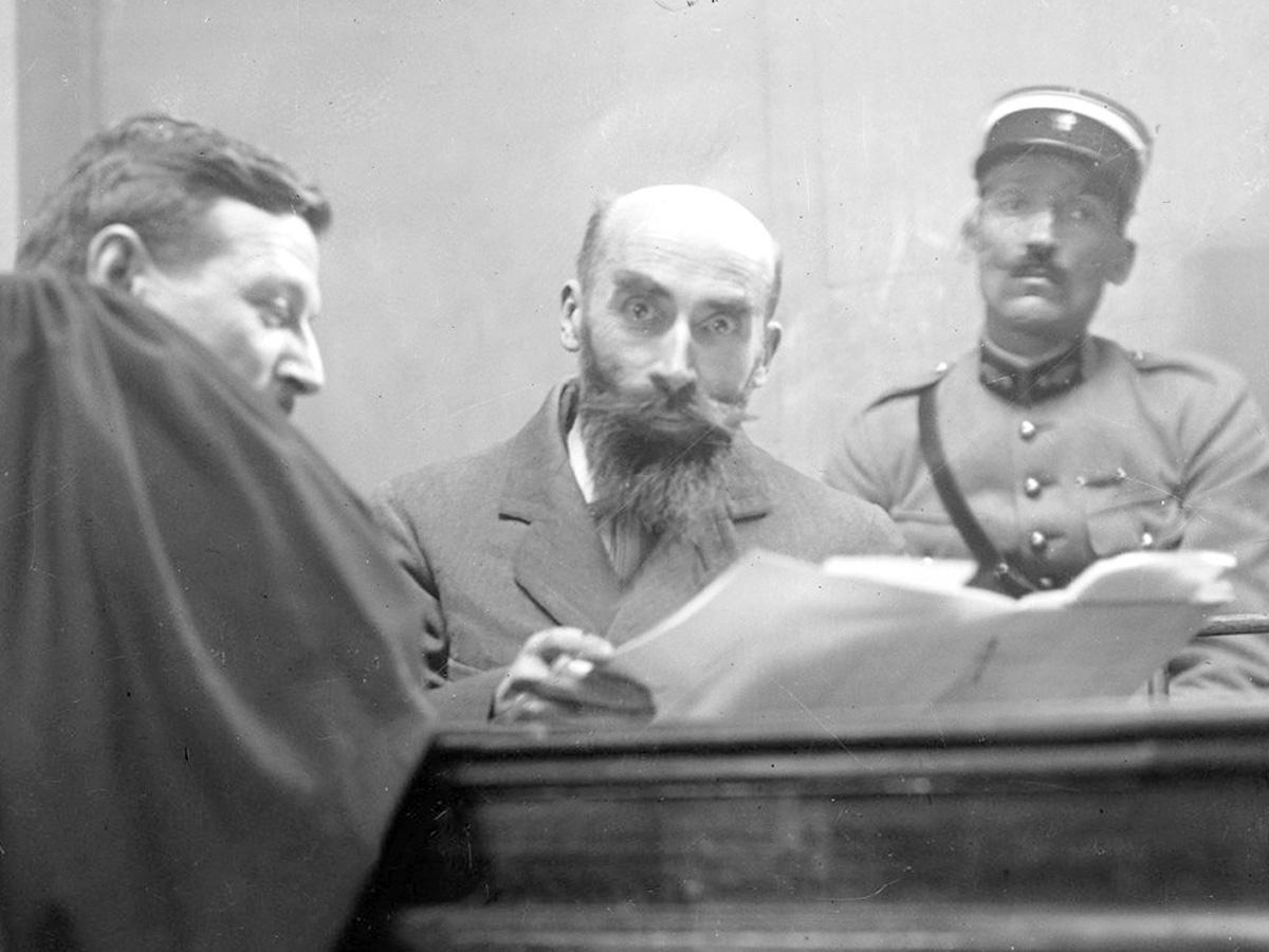Henri Landru trong phiên toà tháng 11/1921. Ảnh: Curieuseshistoires