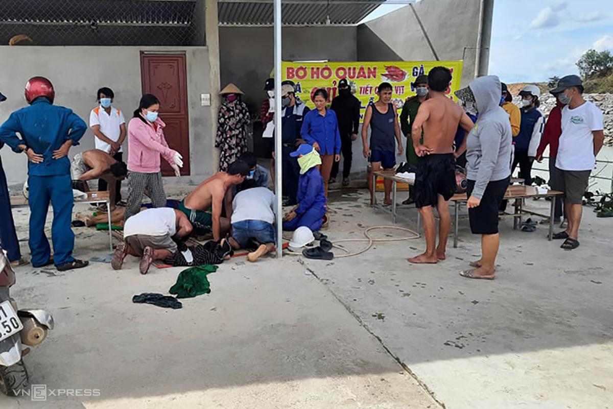 Người dân nỗ lực sơ cấp cứu các em. Ảnh: Quang Hà