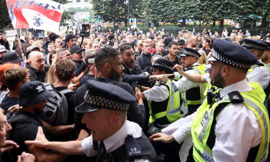 Đám đông chống vaccine đụng độ cảnh sát tại khu Canary Wharf ở London, Anh, hôm 3/9. Ảnh: Reuters.