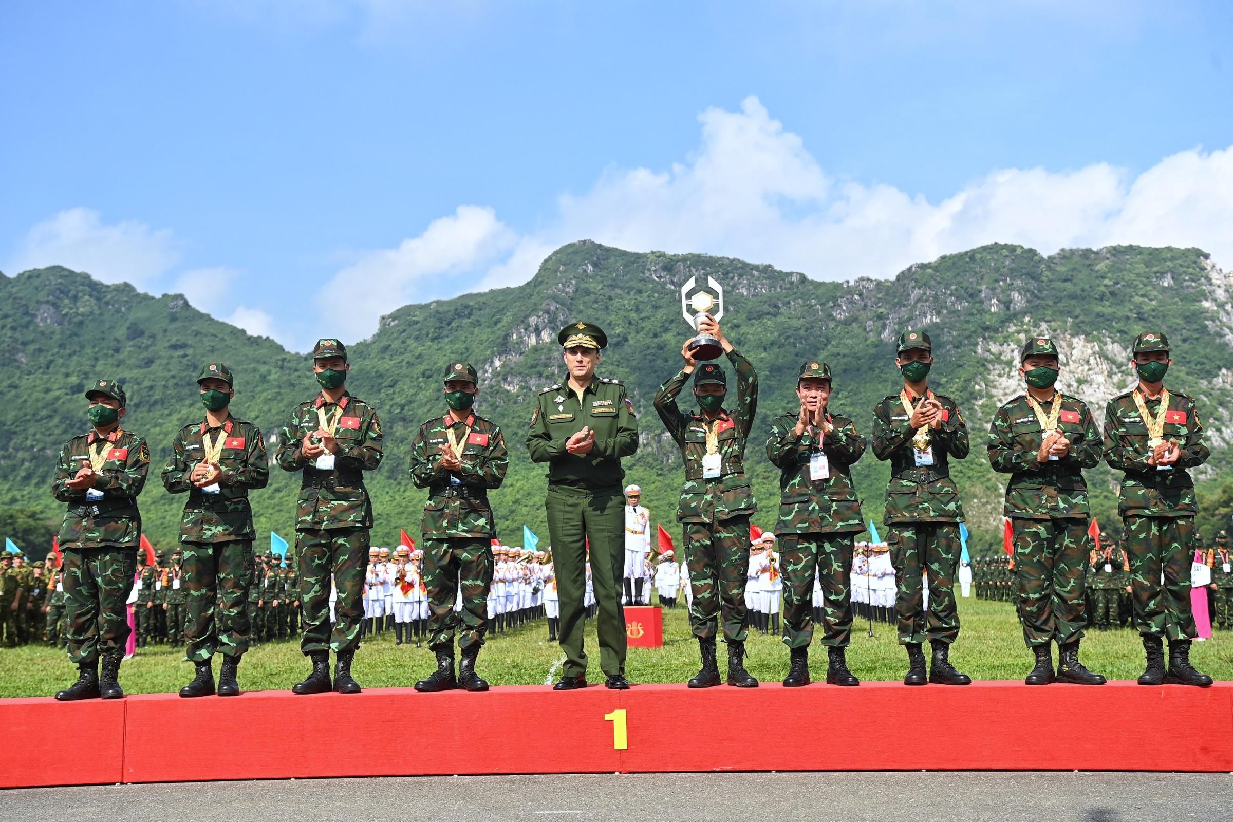 Thứ trưởng Quốc phòng Nga Krivoruchko Aleksei Iurievich (thứ 5 từ trái qua) trao cúp và huy chương vàng cho đội tuyển Việt Nam nội dung Xạ thủ bắn tỉa. Ảnh: Giang Huy