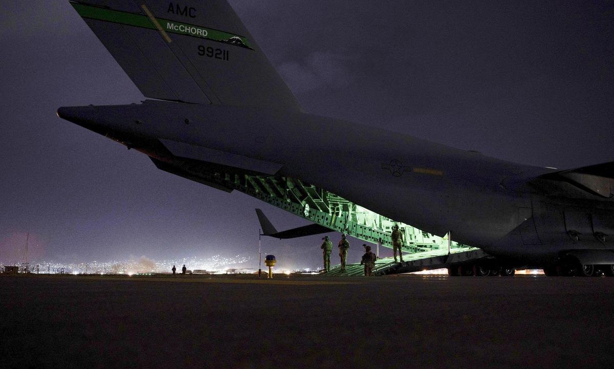 Một chiếc C-17 chuẩn bị đón lính Mỹ tại sân bay Kabul tối 30/8. Ảnh: USAF.