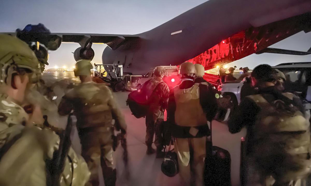Lính lục quân Mỹ di chuyển lên vận tải cơ C-17 ở sân bay Kabul tối 30/8. Ảnh: US Army.