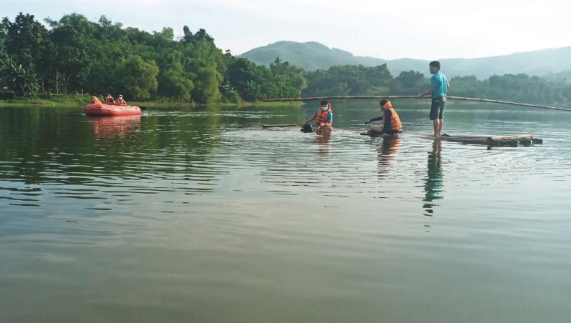 Cảnh sát cứu hộ dùng ca nô và bè mảng di chuyển trên lòng hồ tìm kiếm nạn nhân sáng 4/9. Ảnh: Lam Sơn.