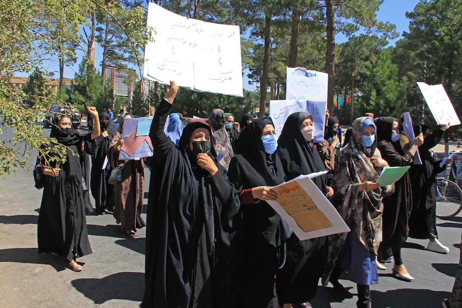 Nhóm phụ nữ Afghanistan biểu tình trên đường phố Herat hôm 2/9. Ảnh: AFP.