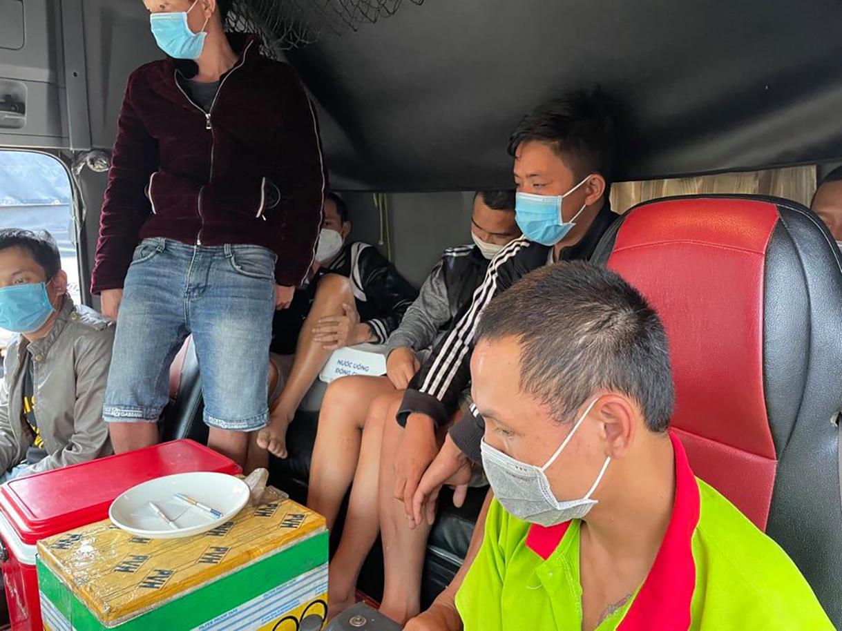 Bảy tài xế sử dụng ma túy trong cabin. Ảnh: Hoài Thanh