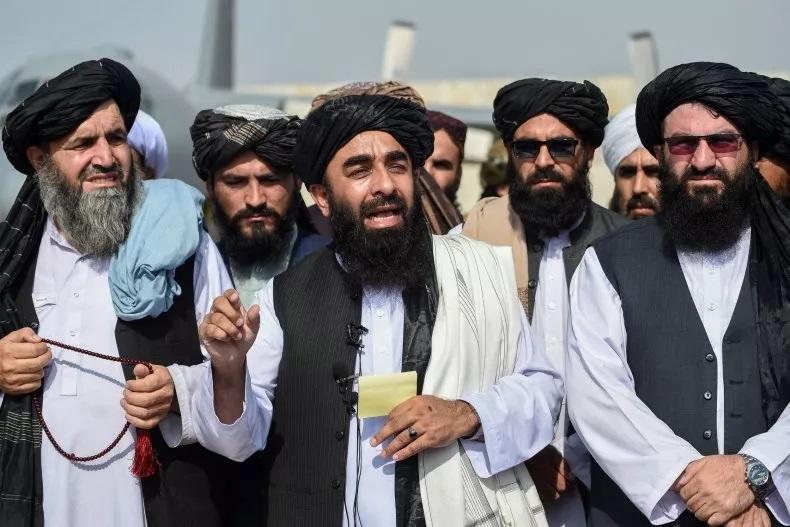 Zabihullah Mujahid (giữa), phát ngôn viên Taliban, trong buổi họp báo tại sân bay Kabul ngày 31/8. Ảnh: AFP