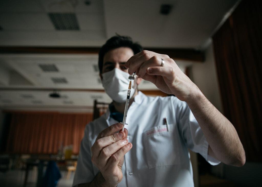 Nhân viên y tế Pháp tiêm vaccine Covid-19 tại một nhà dưỡng lão ở Reims vào đầu tháng 1. Ảnh: NYT.