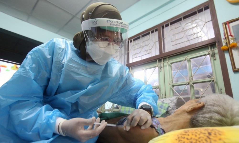 Nhân viên y tế tiêm vaccine Astra Zeneca cho người đàn ông nằm liệt giường ở tỉnh Pattani, miền nam Thái Lan hôm 1/9. Ảnh: AFP.