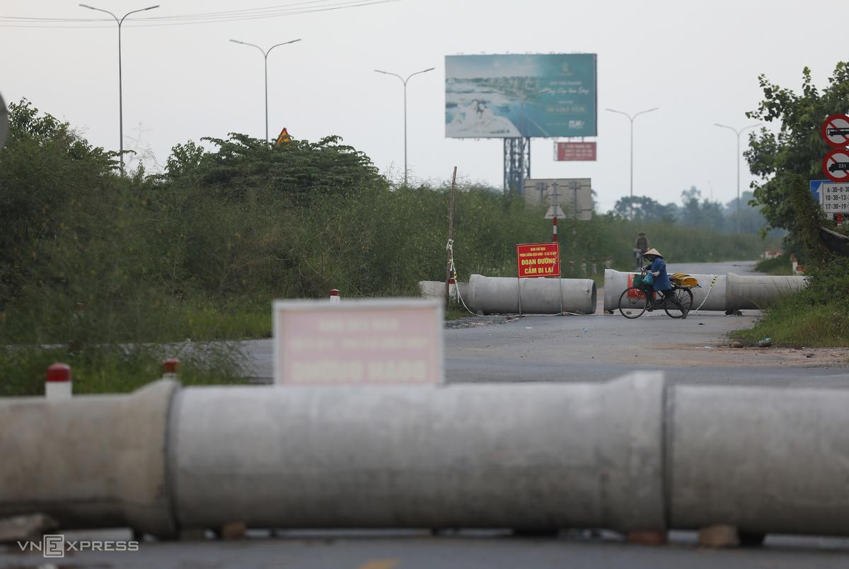 Tại đường gom Pháp Vân - Cầu Giẽ đoạn qua ngã ba xã Tứ Hiệp (huyện Thanh Trì), rào chắn cứng là những cống nước bê tông. Các ngả đường đều được cắm biển cảnh báo cấm đi lại. Ảnh: Ngọc Thành