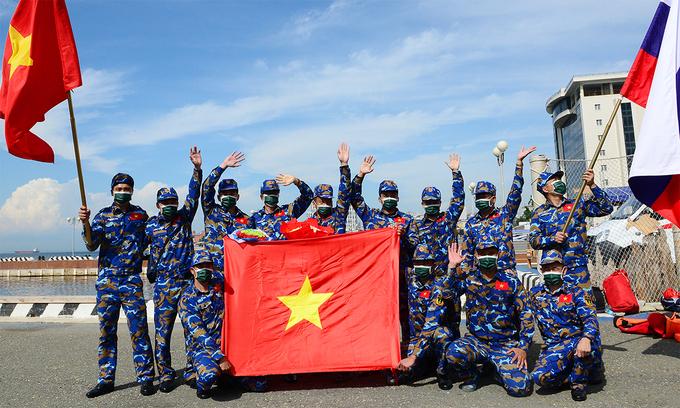 Cán bộ chiến sĩ hải quân Việt Nam chụp ảnh sau khi hoàn tất nội dung Sử dụng phương tiện cứu hộ cứu nạn tại Vladivostok, Nga ngày 27/8. Ảnh: QĐND.