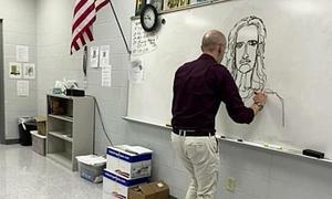 Thầy giáo Mỹ thuật vẽ hai tay cùng lúc