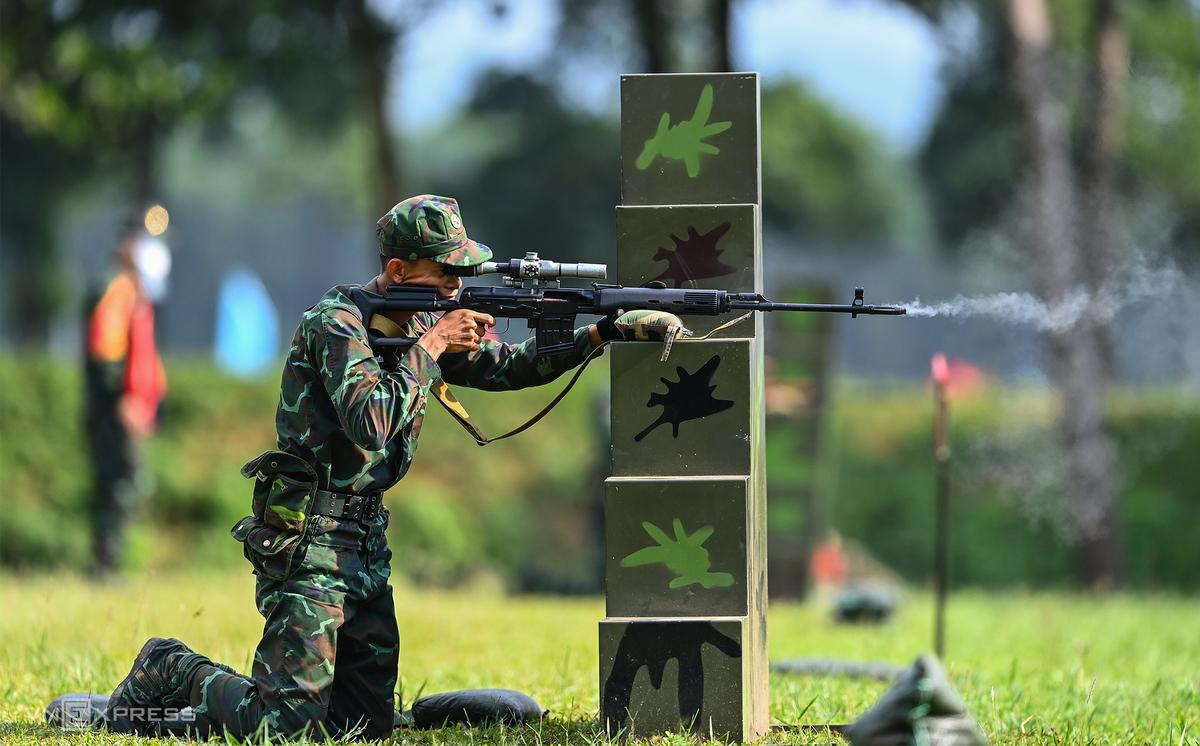 Quân nhân Việt Nam khai hỏa trong cuộc thi Xạ thủ bắn tỉa hôm 31/8. Ảnh: Giang Huy.
