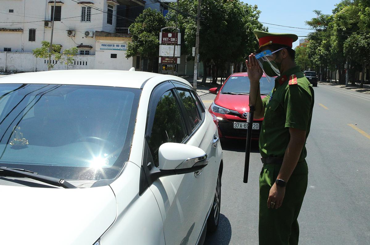 Cảnh sát kiểm tra giấy đi đường của người tham gia giao thông trong những ngày ai