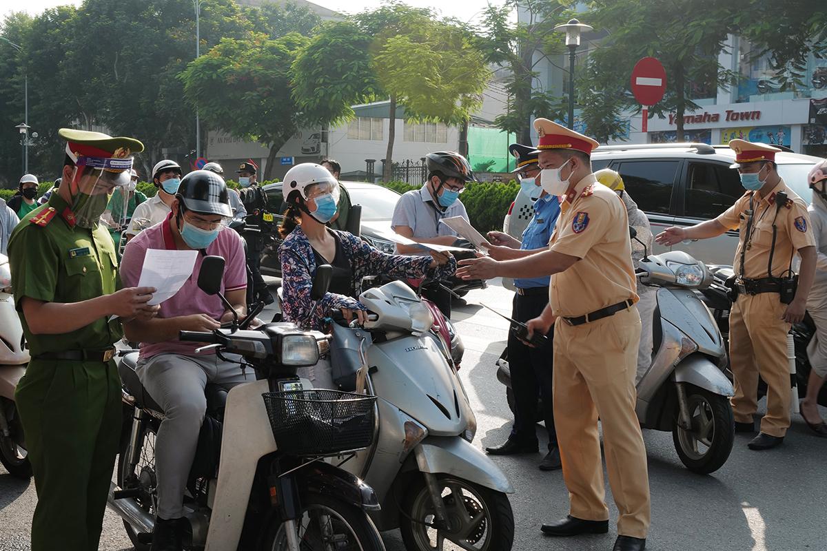 Cảnh sát kiểm tra giấy đi đường ở Hà Nội, sáng 4/9. Ảnh: Ngọc Thành.