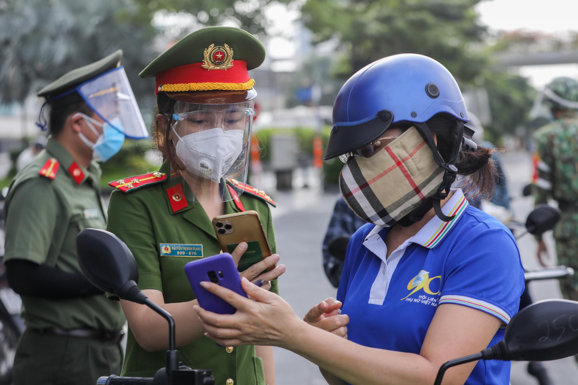 Người dân phải khai báo di biến động cư dân tại chốt kiểm soát Covid-19 ở quận Bình Thạnh, ngày 30/8. Ảnh: Quỳnh Trần