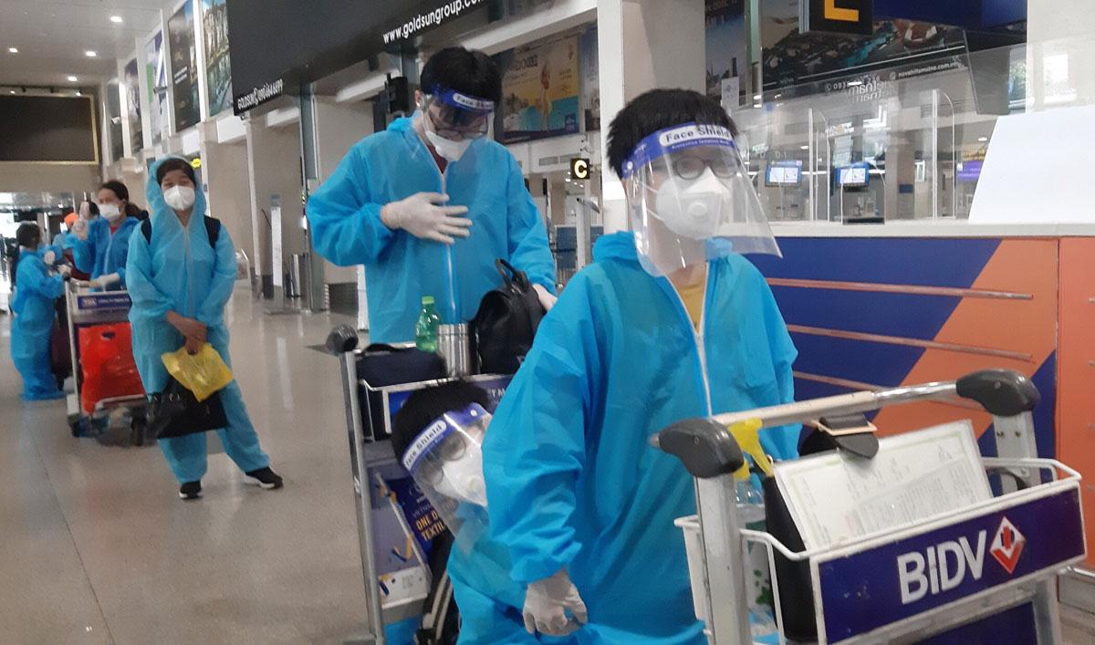 Người dân Bắc Giang xếp hàng làm thủ tục trước khi lên máy bay tại sân bay Tân Sơn Nhất, TP HCM, trưa 5/9. Ảnh: Hoàng Khi