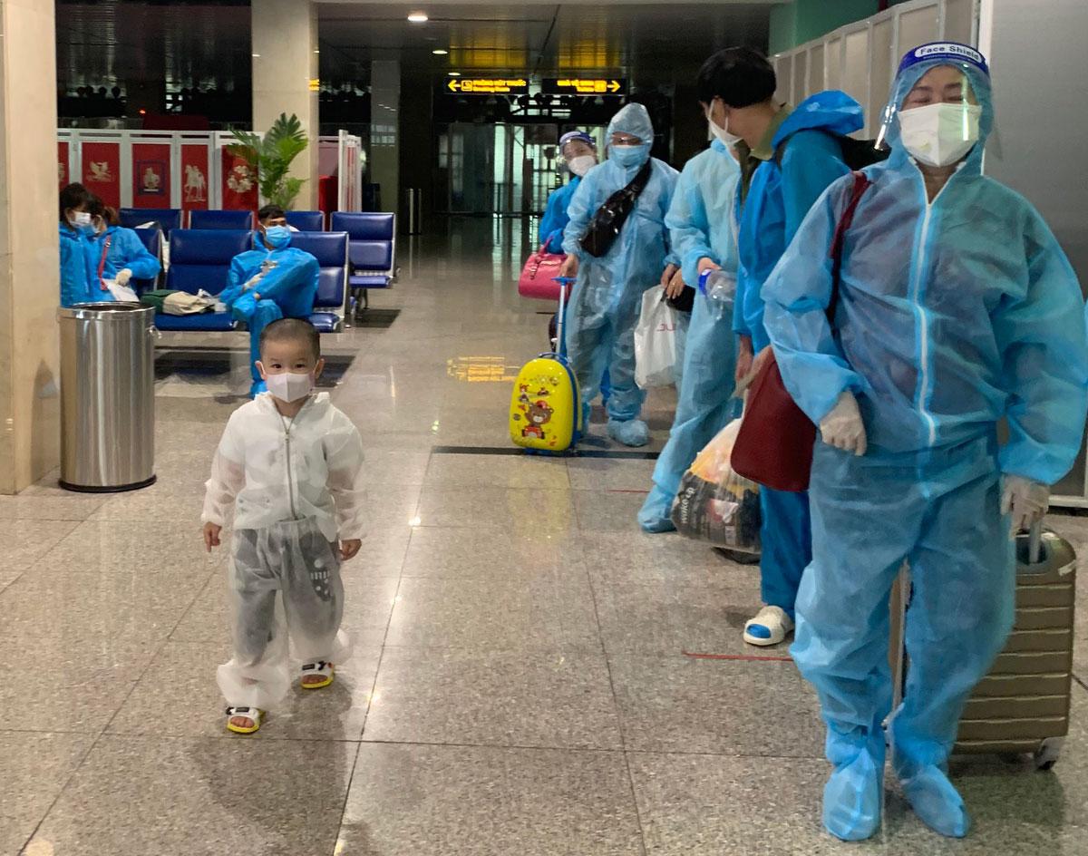 Trong số 616 hành khách có 147 trẻ em từ 0 đến dưới 12 tuổi. Ảnh: Hoàng Khi