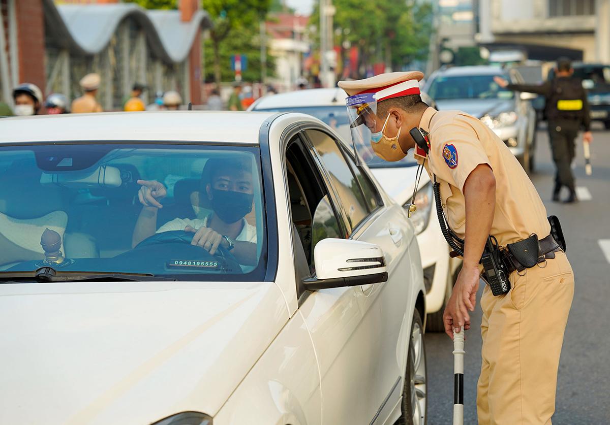 Cảnh sát kiểm tra giấy đi đường ở Hà Nội. Ảnh: Ngọc Thành.