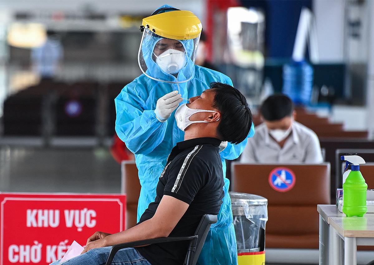 Xét nghiệm Covid-19 cho hành khách tại sân bay Nội Bài tháng 7/2021. Ảnh: Giang Huy.