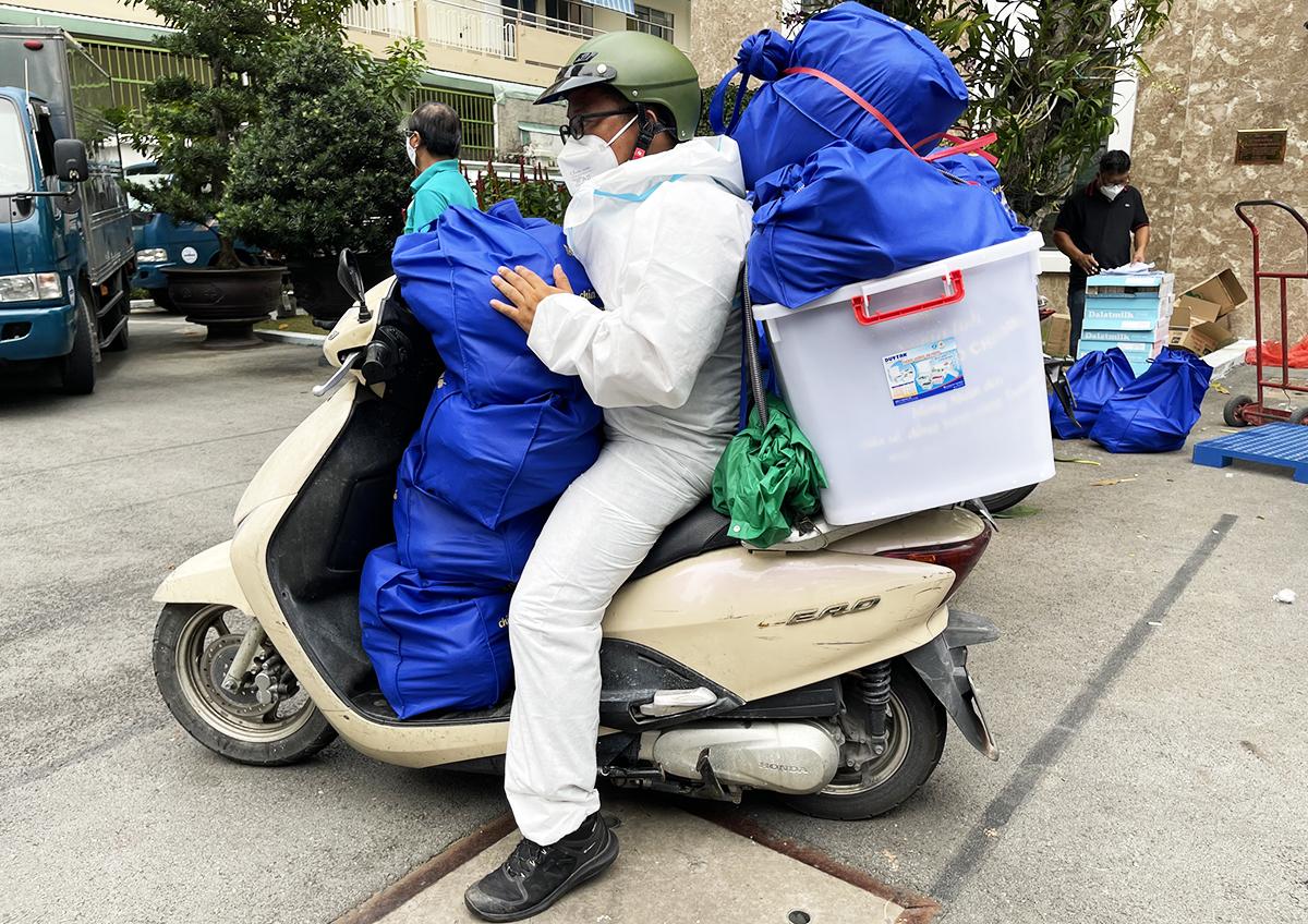 Mỗi chuyến cứu trợ, anh Trần Khắc Hạnh chở 10 túi an sinh, tổng cộng gần 100 kg. Ảnh: Hồng Duyên