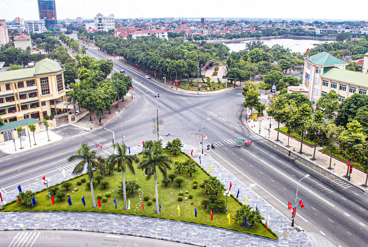 Góc trung tâm thành phố Vinh thưa thớt phương tiện trong những ngày ai ở đâu thì ở đó. Ảnh: Quang Vinh