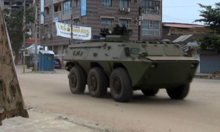 Một chiếc xe của quân đội được nhìn thấy tại quận Kaloum ngày 5/9. Ảnh: Reuters.