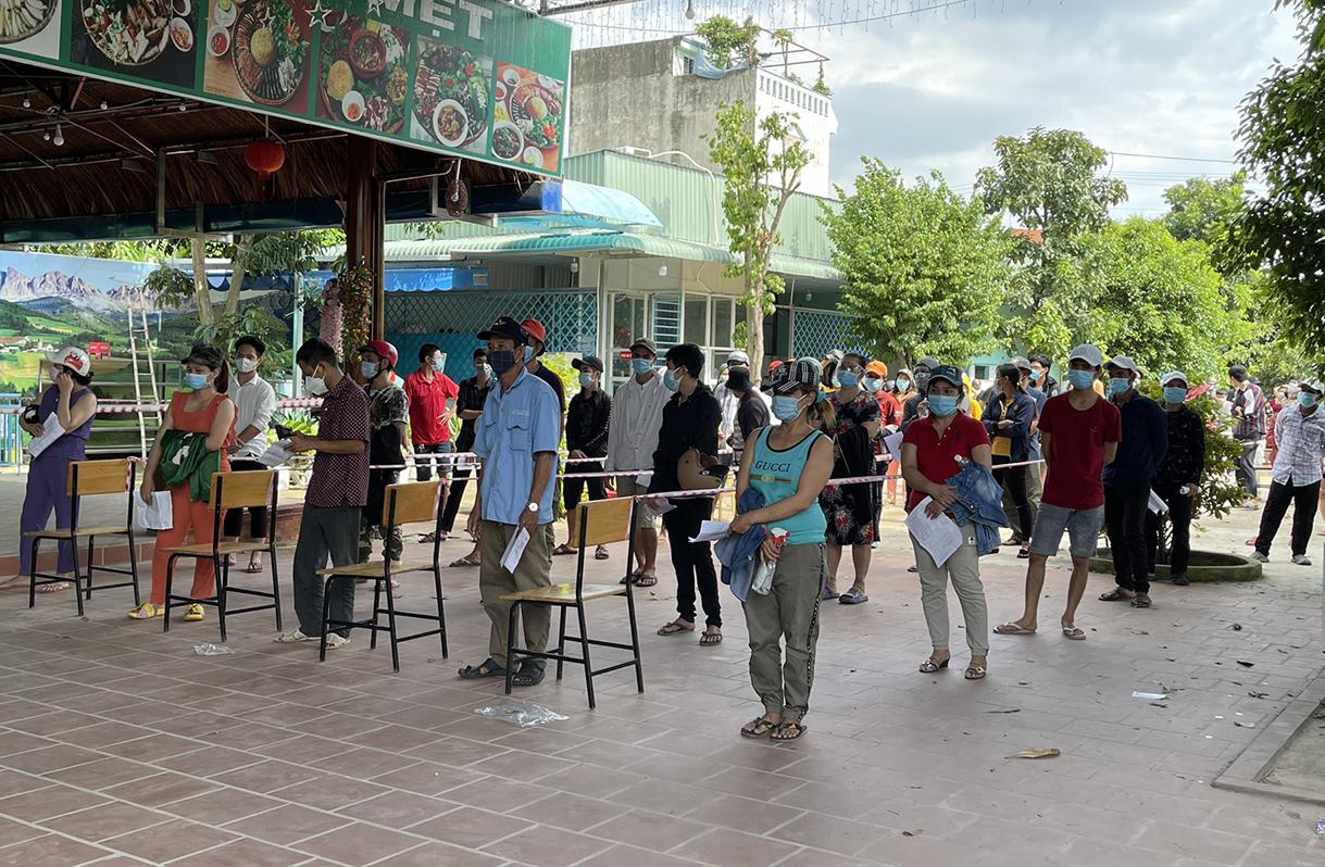 Người dân TP Thuận An xếp hàng chờ tiêm vaccine ngày 5/9. Ảnh: Thanh Liêm