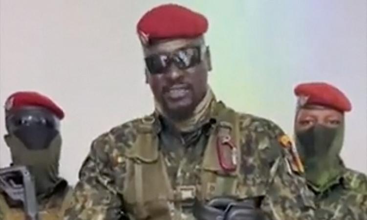 Đại tá Doumbouya (giữa) phát biểu trên truyền hình quốc gia Guinea hôm 5/9. Ảnh: AFP