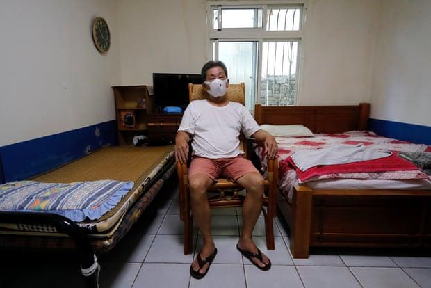 Chang, tài xế taxi, ca nhiễm biến chủng Delta đầu tiên tại Đài Loan, trong phòng ngủ ở nhà riêng. Ảnh: Guardian