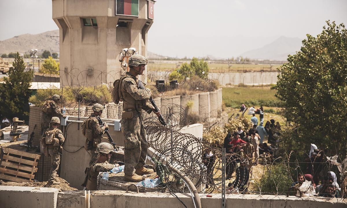 Thủy quân lục chiến Mỹ đứng gác tại một điểm kiểm soát di tản ở sân bay Hamid Karzai tại thủ đô Kabul, Afghanistan ngày 20/8. Ảnh: USMC