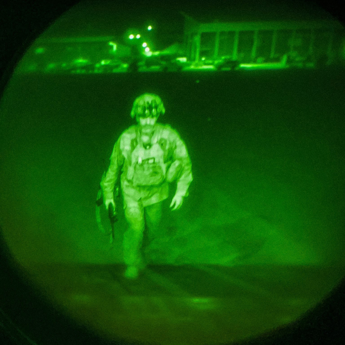 Thiếu tướng Christopher Donahue, binh sĩ Mỹ cuối cùng rời  Afghanistan, bước lên vận tải cơ C-17 ở sân bay Kabul ngày ngày 30/8. Ảnh: USCENTCOM.