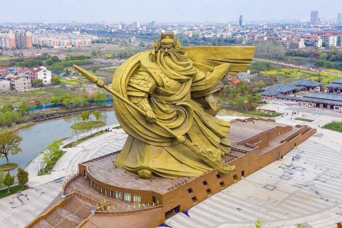 Tượng đồng khổng lồ Quan Vũ ở thành phố Kinh Châu, tỉnh Hồ Bắc, Trung Quốc. Ảnh: SCMP.