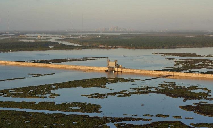 Công trình Great Wall of Louisiana xây dọc hồ Borgne năm 2013 nằm trong chương trình tu sửa đê của New Orleans sau bão Katrina. Ảnh: Ben Depp