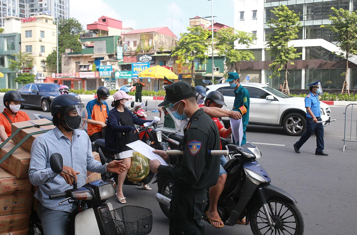 Chốt kiểm soát chân cầu Vĩnh Tuy, đường Minh Khai sáng 6/9. Ảnh: Tất Định.