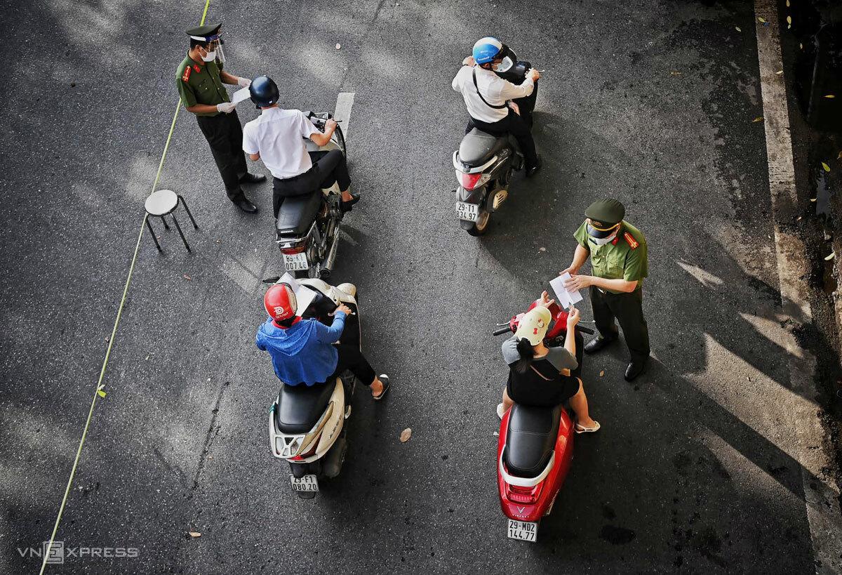 Công an kiểm tra giấy đi đường trên phố Trần Nhật Duật, Hà Nội, sáng 6/9. Ảnh: Giang Huy