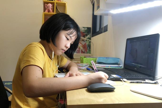 Con gái anh Quyền trong buổi học online sáng 6/9. Ảnh: Thanh Hằng