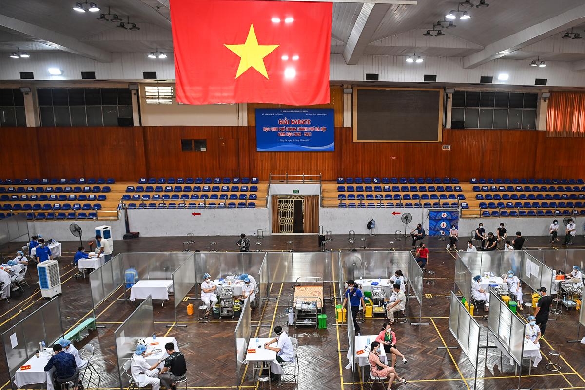 Điểm tiêm chủng vaccine phòng dịch Coivid - 19 tại Nhà thi đấu Trịnh Hoài Đức (Đống Đa), đầu tháng 8. Ảnh: Giang Huy.