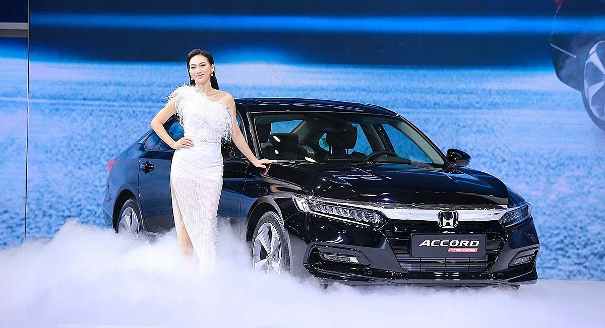 Người mẫu bên cạnh mẫu Honda Accord tại triển lãm ôtô Việt Nam 2019. Ảnh: VMS