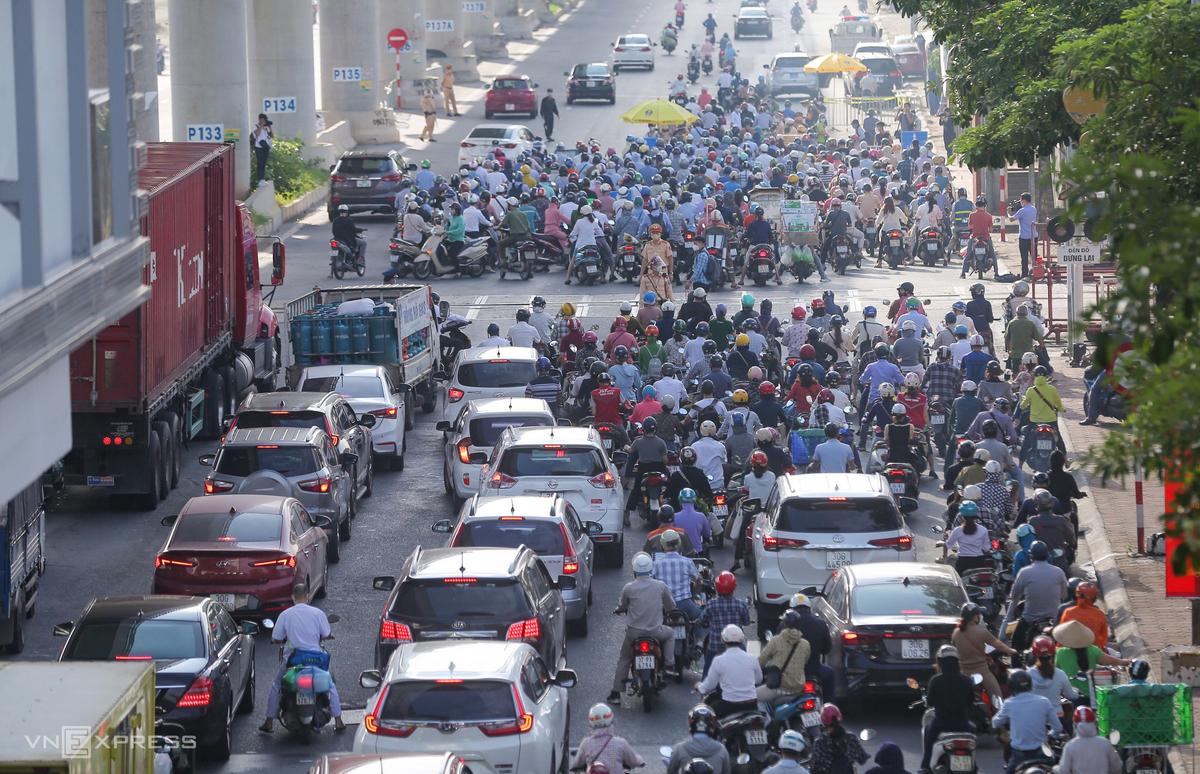 Phương tiện dồn ứ tại chốt kiểm soát trên đường Cầu Diễn, quận Bắc Từ Liêm, Hà Nội, sáng 6/9. Ảnh: Ngọc Thành