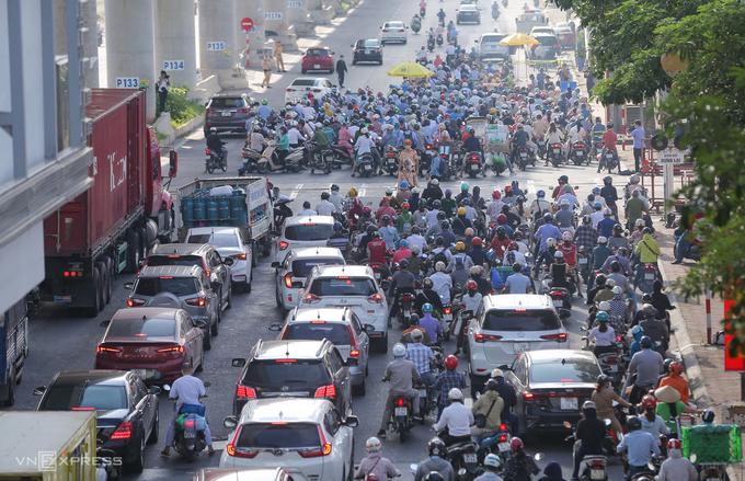 Phương tiện dồn ứ ở chốt kiểm soát trên đường Cầu Diễn (quận Bắc Từ Liêm), lúc 7h ngày 6/9. Ảnh: Phạm Chiểu