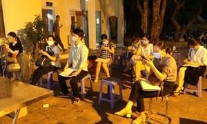 Người dân Hà Nội đợi đến tối để xin giấy đi đường