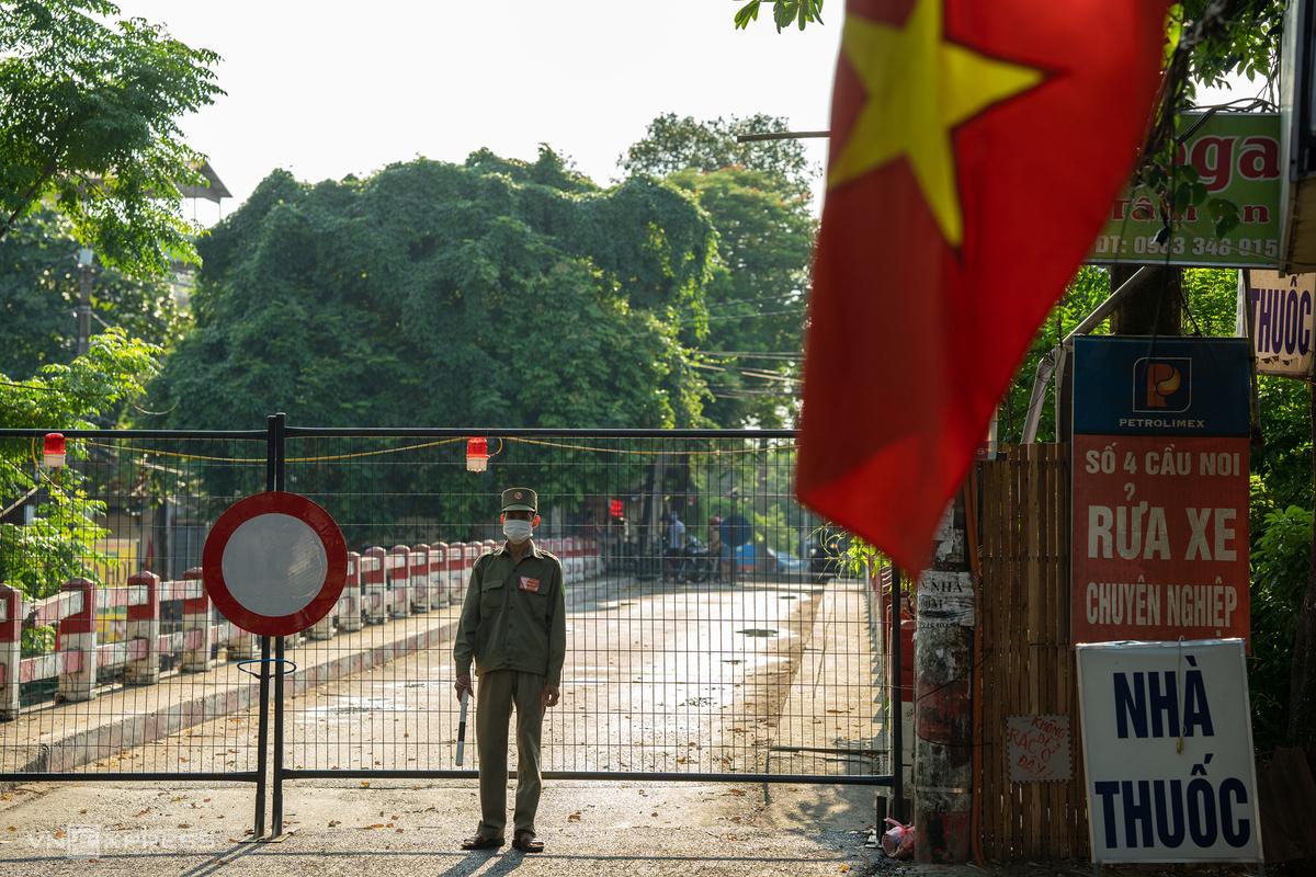 Chốt cứng tại cầu Noi, phường Cổ Nhuế 2, quận Bắc Từ Liêm, Hà Nội, ngày 5/9. Ảnh: Ngọc Thành