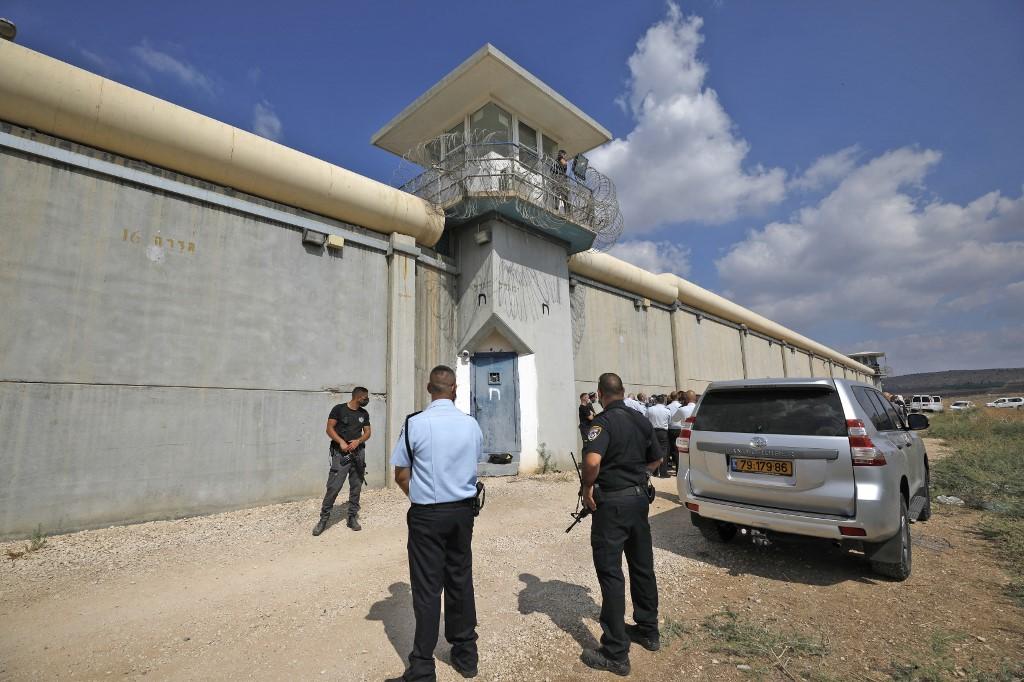 Nhân viên an ninh trước cổng nhà tù Gilboa hôm 6/9. Ảnh: AFP.