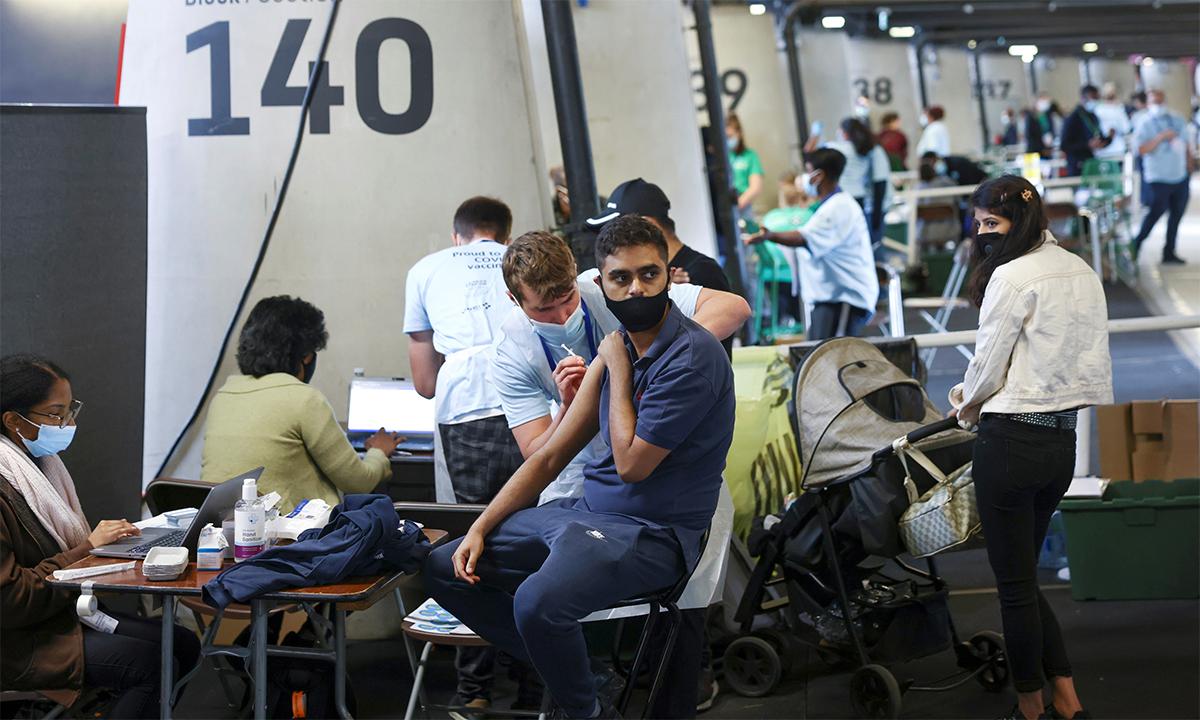 Dân Anh tới tiêm vaccine Covid-19 tại một điểm tiêm chủng ở sân vận động London ngày 19/6. Ảnh: Reuters.