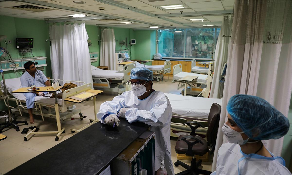 Nhân viên y tế Ấn Độ trong phòng chăm sóc bệnh nhân Covid-19 tại bệnh viện Sir Ganga Ram ở thủ đô New Delhi ngày 3/9. Ảnh: Reuters.