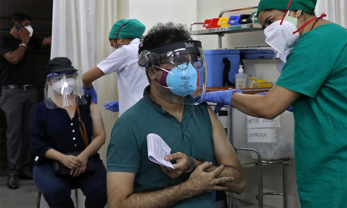 Dân Ấn Độ tiêm vaccine tại một điểm tiêm chủng ở thành phố Mumbai ngày 3/5. Ảnh: Reuters.