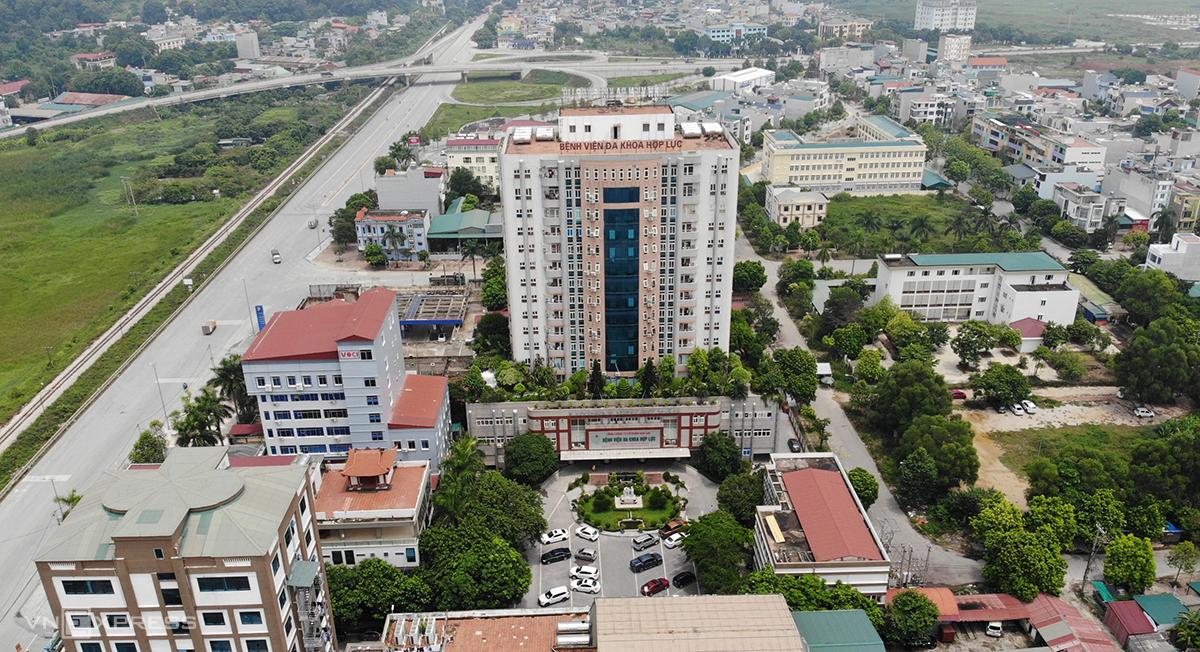 Bệnh viện Đa khoa Hợp Lực đang có hơn 2.000 người bị phong toả sau khi thành ổ dịch lớn nhất TP Thanh Hoá. Ảnh: Lê Hoàng.